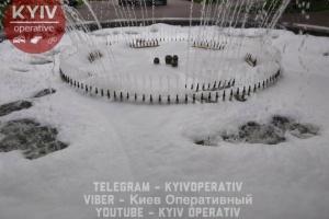 На Контрактовій площі у фонтан залили мийний засіб