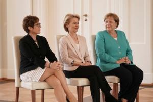 В Берлине состоялась передача руководящих полномочий новому министру обороны