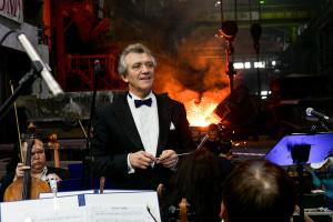 В цеху запорізького феросплавного заводу відбувся концерт симфонічного оркестру