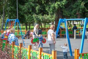 На Нивках открыли обновленный парк «Веселка»
