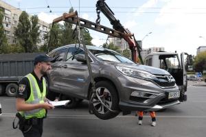 """Велика евакуація: як у Києві борються з """"героями""""- паркувальниками"""