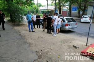 В Николаеве полиция проверяет группу молодых людей с оружием возле УИК