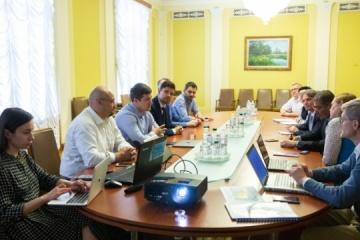 El asesor del presidente trata con los representantes del Banco Mundial los proyectos de la economía digital
