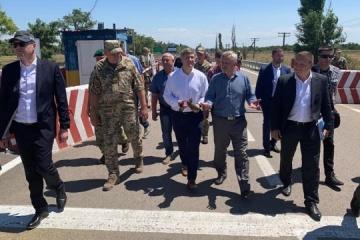 Taylor, Danyliuk visit Kalanchak checkpoint on administrative border with Crimea