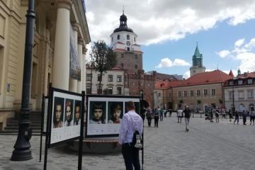 W Lublinie odbywa się wystawa fotografii ulicznej poświęcona dzieciom poległych żołnierzy ukraińskich ZDJĘCIA