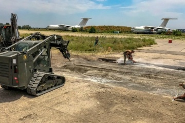 多国間海軍共同演習:仮想敵による飛行場爆撃を想定した演習実施