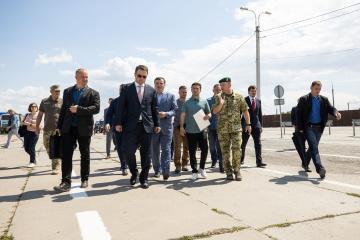 ゼレンシキー大統領、被占領下クリミアとの行政境界線を視察
