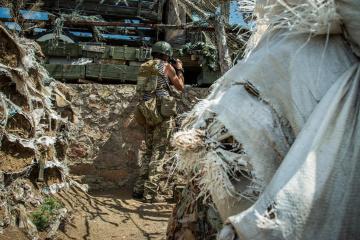Donbass: okupanci 13 razy ostrzelali z karabinów maszynowych i granatników stanowiska Sił Zbrojnych Ukrainy
