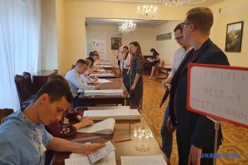 Más de 800 ucranianos han acudido a las urnas en Varsovia