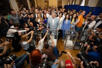 Poroszenko zagłosował w lokalu wyborczym w centrum Kijowa WIDEO