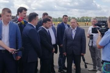 В Черкассах Зеленский не принял в подарок от журналистки свой гипсовый бюст