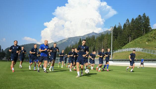 Futbolistas del Dynamo Kyiv hacen la primera sesión de entrenamiento en Austria (Vídeo)