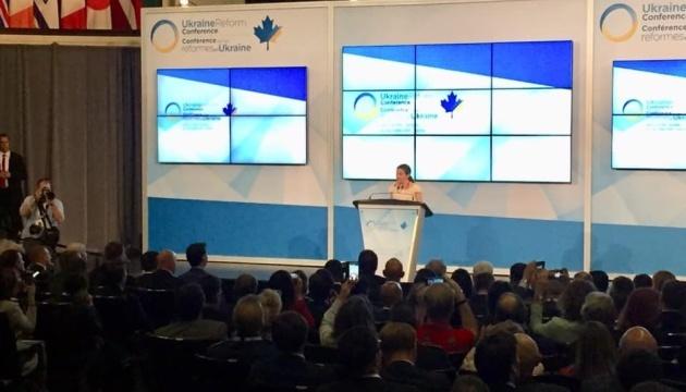 """""""¡Canadá te apoya!"""": Freeland escribe postales a Súshchenko y Sentsov"""