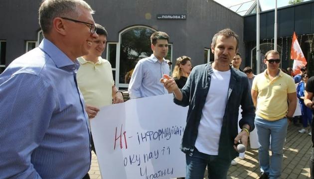 """""""Не телеміст, а телеміна!"""": Вакарчук і активісти """"Голосу"""" пікетують NewsOne"""