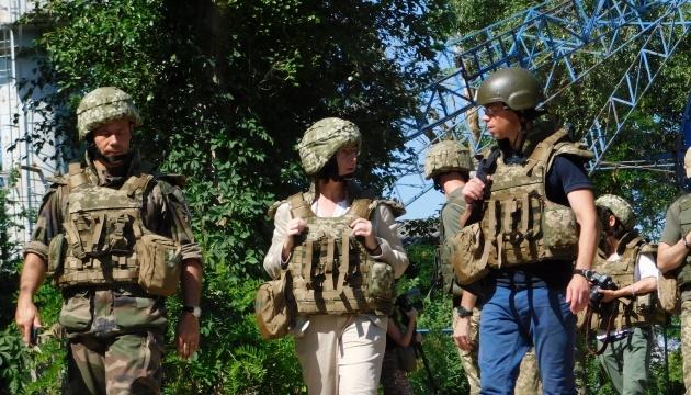 Französische Delegation besucht Konfliktgebiet in der Ortsukraine - Fotos