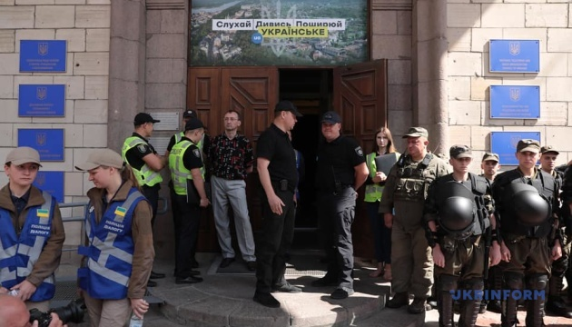 Під Нацрадою активісти вимагають відібрати ліцензію у NewsOne