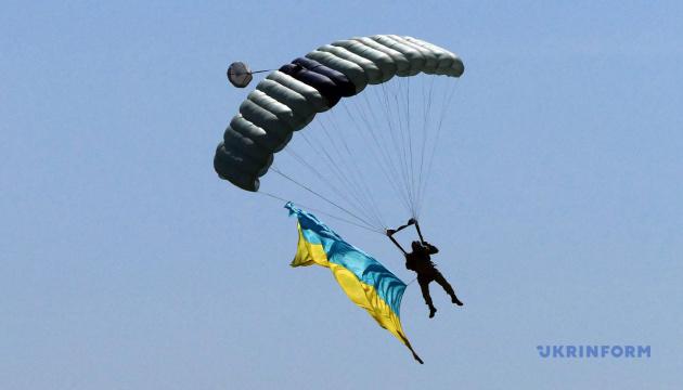 До Дня Незалежності 14 парашутистів станцюють у небі гопак