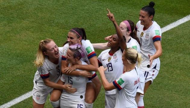 Американський сенатор вимагає рівних зарплат у футболі у чоловіків і жінок