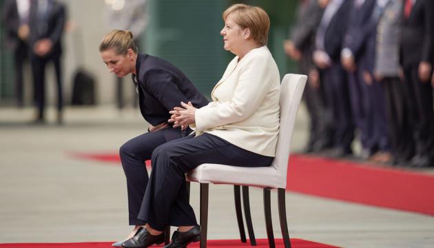 Для Меркель змінили протокол — слухали гімн сидячи