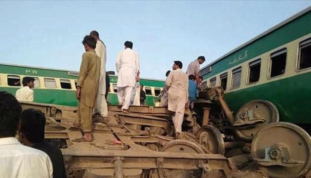 Кількість жертв зіткнення поїздів у Пакистані зросла до 18