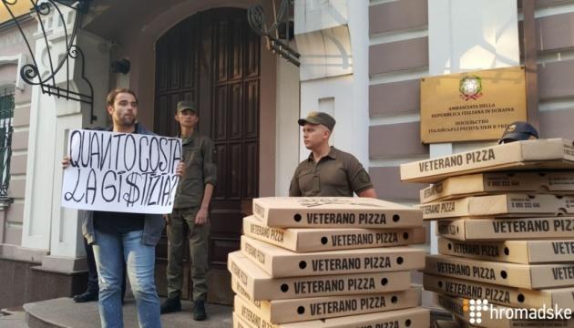 У Києві біля посольства Італії вимагають звільнити нацгвардійця Марківа