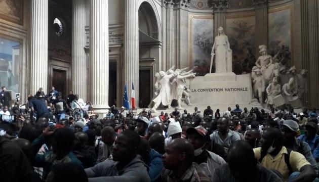 Сотні мігрантів заблокували паризький Пантеон