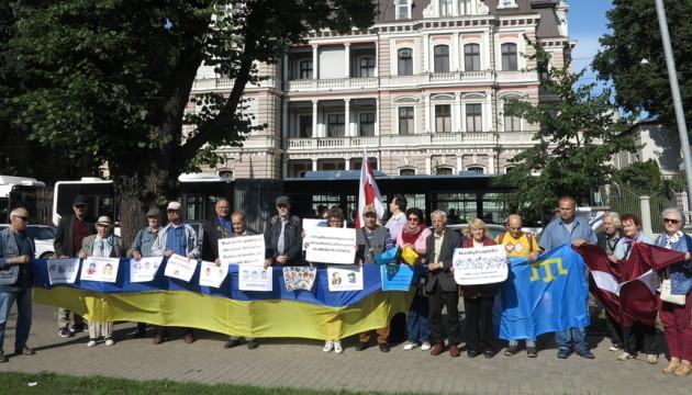 Посольство РФ у Латвії пікетували з вимогою звільнення в'язнів Кремля