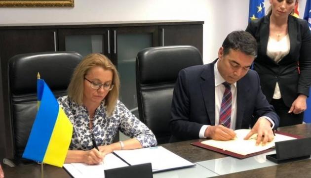 Ucrania y Macedonia del Norte firman un acuerdo sobre viajes sin visados