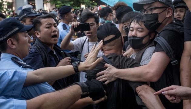Протести у Гонконгу: поліція застосувала перцевий спрей та кийки