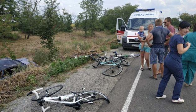 Під Миколаєвом авто в'їхало у групу дітей-велосипедистів, є постраждалі