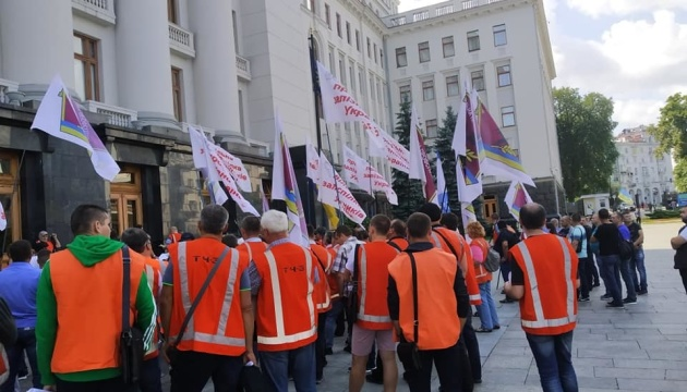 Под Офисом Президента в оранжевых жилетах митингуют железнодорожники