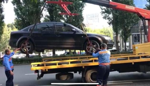 Из центра Киева эвакуировали более 70 неправильно припаркованных авто