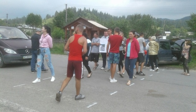 В Карпатах перекрили дорогу, вимагаючи ремонту шляхів та мостів