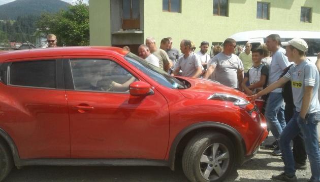 Перекриття дороги на Прикарпатті: пропускають спецтранспорт і авто з вагітними й дітьми
