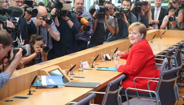 Меркель ще раз спростувала чутки про свою відставку