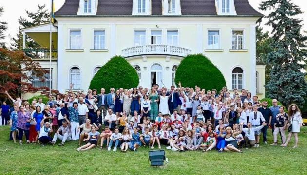 Посольство в Австрии проведали дети из Украины