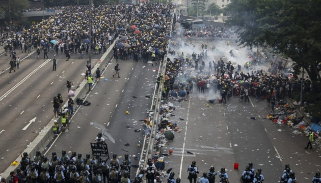 Поліція у Гонконгу застосувала сльозогінний газ проти мітингувальників