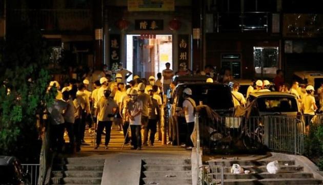 На демонстрантов в Гонконге напали неизвестные с дубинками, 45 пострадавших