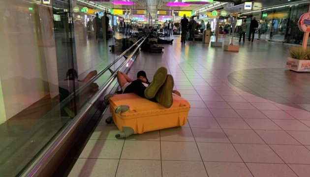 Ночівля на валізах: в аеропорту Амстердама скасували вже близько 300 рейсів