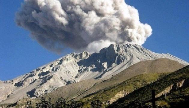 El volcán Ubinas se vuelve activo: Exteriores recuerda líneas de emergencia para los ucranianos