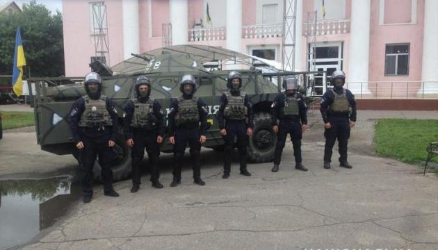 Поліція продовжує охороняти окружком, де програв брат Медведчука