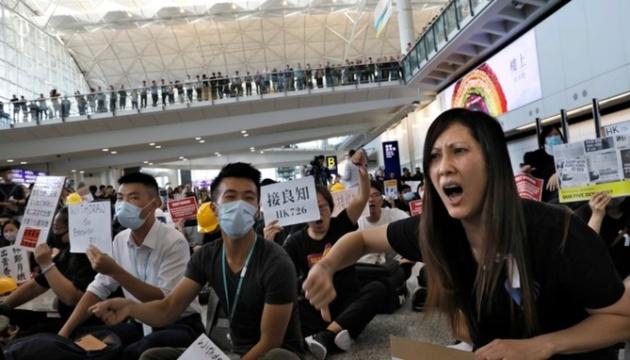У Гонконзі протестувальники влаштували страйк на летовищі