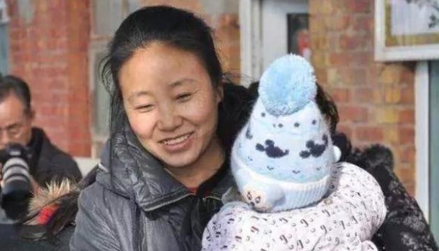 Китаянку, яка всиновила 118 дітей, засудили на 20 років за шахрайство