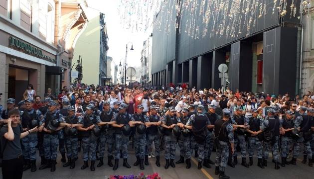 У Москві затримали понад 560 осіб, двох постраждалих забрала