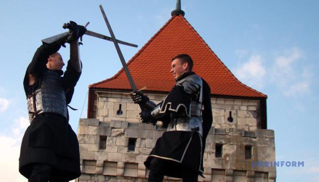 Рыцарские бои, лучники и казацкая каша: замок на Тернопольщине празднует