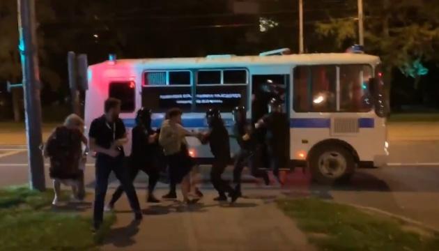 Біля лікарні, куди госпіталізували Навального, поліція затримала активістів