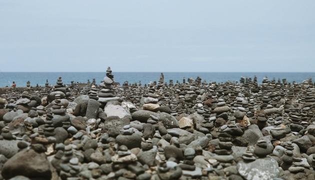 Картинки по запросу «Галька на пляжах Тенерифе – важнейшая составляющая местной экосистемы. Дело в том, что в нижней части камней растут крохотные водоросли, которыми кормятся рачки, рептилии, моллюски. Когда гальку постоянно перемещают, то объем этих водорослей сокращается», – говорится в сообщении. Однако любители эффектных снимков для Instagram не слишком задумываются о последствиях своего «зодчества». Один из пляжей Тенерифе – Плайя-Хардин – на картах Google Maps отмечен как идеальное место для любителей строить башни из камней, и здесь их всегда можно наблюдать в изобилии. В 2019 году испанские биологи запустили кампанию #PasaSinHuella («Не оставляй следа»). Они подготовили видео, разъясняющее, как именно каменные башни вредят экосистеме. 150 волонтеров разобрали «креатив» на пляжах, однако через день туристы нагородили новый. Тогда было решено обратиться к властям за помощью. Вскоре местные парламентарии рассмотрят вопрос и решат, накладывать ли официальный запрет на такое «строительство» и карать ли туристов штрафами.  Читать дальше на Отпуск.com: https://www.otpusk.com/news/119807/