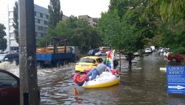 キーウ市内大雨で道路が一時冠水