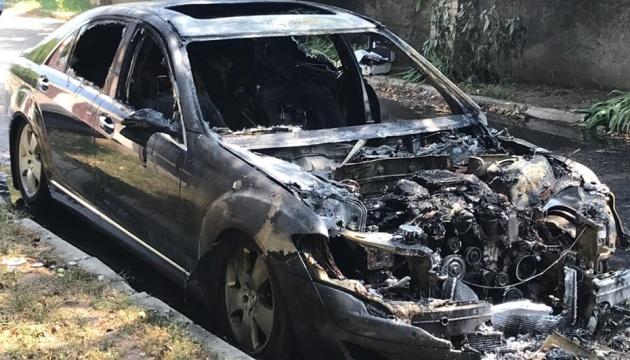 У Херсоні підпалили Mercedes чиновника Укртрансбезпеки