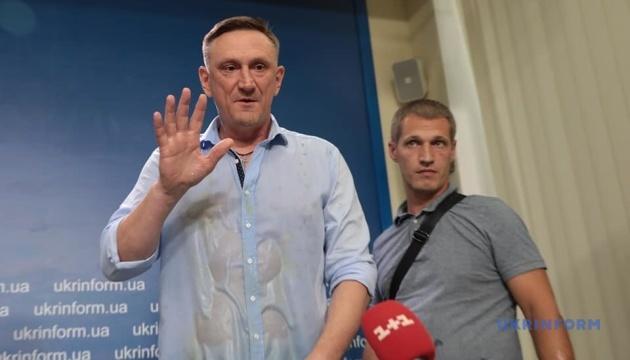 Молодики закидали яйцями самовисуванця Аксьонова на пресконференції в Укрінформі